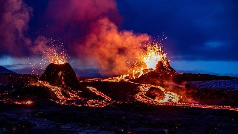 Cận cảnh dung nham phun ra từ khe nứt mới tại núi lửa hơn 6.000 năm tuổi ở Iceland