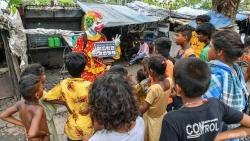Chú hề vui nhộn giúp trẻ em khu ổ chuột Ấn Độ phòng, chống dịch Covid-19