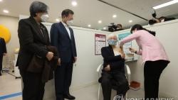 Vaccine ngừa Covid-19 có giúp Tổng thống Hàn Quốc vực dậy độ tín nhiệm của người dân?