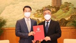 Tổng Lãnh sự Việt Nam tại Hong Kong và Macau Phạm Bình Đàm nhận Giấy Chấp thuận Lãnh sự