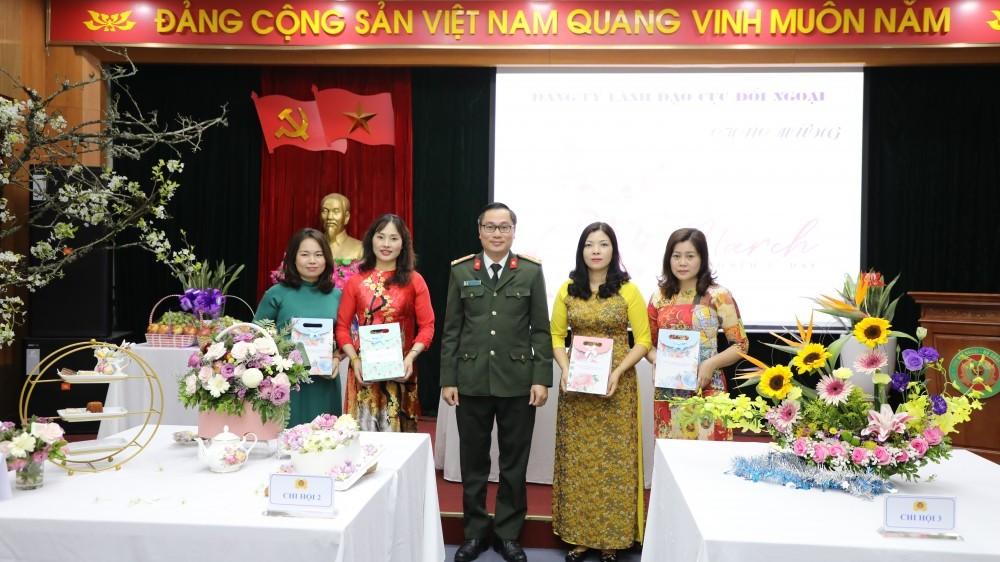 Cục Đối ngoại Bộ Công an tổ chức cuộc thi cắm hoa nghệ thuật chào mừng ngày Quốc tế Phụ nữ