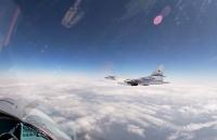 Máy bay Nga có khả năng mang tên lửa hạt nhân bay qua biển Baltic, hàng loạt nước tung phản lực 'hộ tống'