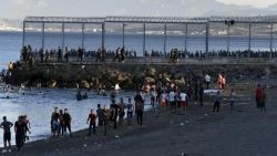 Tây Ban Nha: Người di cư ồ ạt tràn vào, Thủ tướng Sanchez hủy công du Pháp, triển khai quân đội khẩn cấp