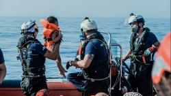 Hơn 700 người di cư được giải cứu khỏi 'tuyến đường chết chóc nhất' thế giới