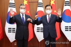 Thăm Hàn Quốc, Ngoại trưởng Trung Quốc nói Ngũ Nhãn là 'sản phẩm phụ lỗi thời', Seoul coi Bắc Kinh là gì?