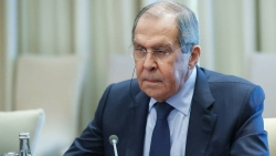 Thảo luận kín với Tổng thư ký NATO, Ngoại trưởng Nga khuyên phóng viên: Đừng thử vận may