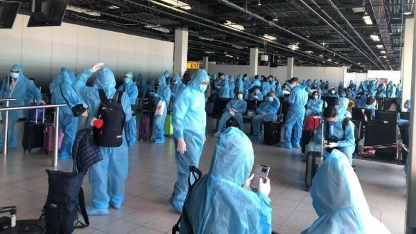 Chuyến bay đưa gần 280 công dân Việt Nam từ Đức về nước hạ cánh xuống sân bay Tân Sơn Nhất