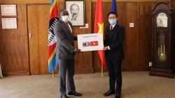 Người Việt tại Nam Phi tặng khẩu trang hỗ trợ các nước châu Phi phòng, chống Covid-19