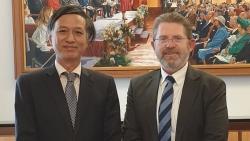 Đại sứ Nguyễn Tất Thành chào xã giao Chủ tịch Thượng viện Australia
