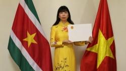 Đại sứ Phạm Thị Kim Hoa trình bản sao Ủy nhiệm thư tới Bộ trưởng Ngoại giao và Hợp tác Thương mại quốc tế nước Cộng hòa Surinam