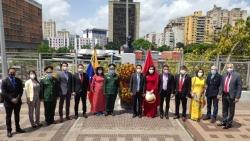 Đại sứ quán Việt Nam tại Venezuela dâng hoa tại tượng Bác Hồ ở Đại lộ Bolivar, thủ đô Caracas