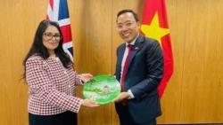 Đại sứ Nguyễn Hoàng Long chào Bộ trưởng Nội vụ Anh Priti Patel