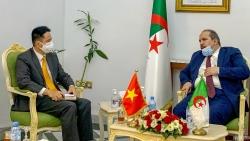 Đại sứ Nguyễn Thành Vinh chào xã giao Tổng Thư ký Đảng Mặt trận Giải phóng Dân tộc Algeria