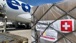 Chuyến hàng viện trợ khẩn cấp trang thiết bị y tế của Thụy Sỹ dành cho Việt Nam rời sân bay Zurich