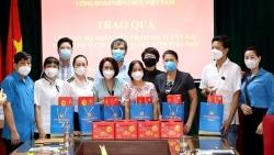 Công đoàn Bộ Ngoại giao trao 100 phần quà cho các cháu có người thân tham gia chống dịch tại các tỉnh phía Nam