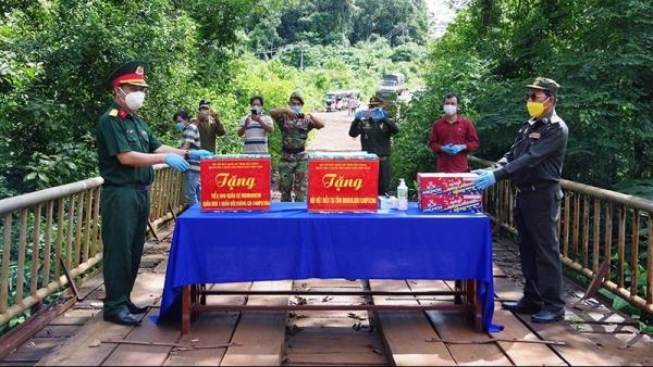 Trao tặng nhu yếu phẩm và vật tư y tế cho Việt kiều và Tiểu khu Quân sự tỉnh Mondulkiri, Campuchia