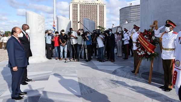 Chủ tịch nước Nguyễn Xuân Phúc đặt vòng hoa tại Tượng đài Chủ tịch Hồ Chí Minh và Đài tưởng niệm Anh hùng dân tộc Jose Marti