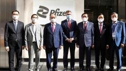 Chủ tịch nước Nguyễn Xuân Phúc gặp gỡ lãnh đạo các nước và đến thăm công ty Pfizer