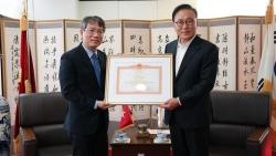 Trao bằng khen của Thủ tướng tặng Tổng lãnh sự danh dự Việt Nam tại khu vực Busan-Gyeongnam, Hàn Quốc