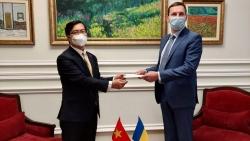 Đại sứ Nguyễn Hồng Thạch trình bản sao Ủy nhiệm thư tới Bộ Ngoại giao Ukraine