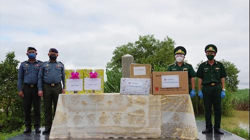 Tiếp nhận 'quà' chống dịch Covid-19 của lực lượng Hiến binh Campuchia tặng bộ đội biên phòng Tây Ninh