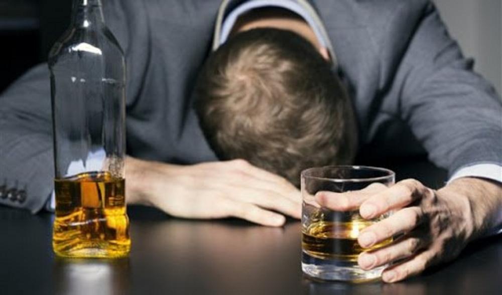 Cảnh báo nguy cơ lạm dụng rượu trong mùa dịch Covid-19