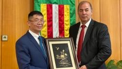 Đại sứ Nguyễn Tuấn làm việc với Thị trưởng thị trấn Pavol Dobosy, Slovakia
