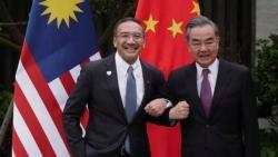 Gọi Ngoại trưởng Trung Quốc là 'anh cả', người đồng cấp Malaysia hứng chỉ trích