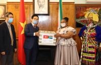Đại sứ quán Việt Nam tại Nam Phi trao quà hỗ trợ phòng chống Covid-19 cho địa phương Nam Phi