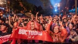 Hàng nghìn khán giả đội mưa 'cháy' hết mình ở đêm nhạc 'Bức tường trở về'