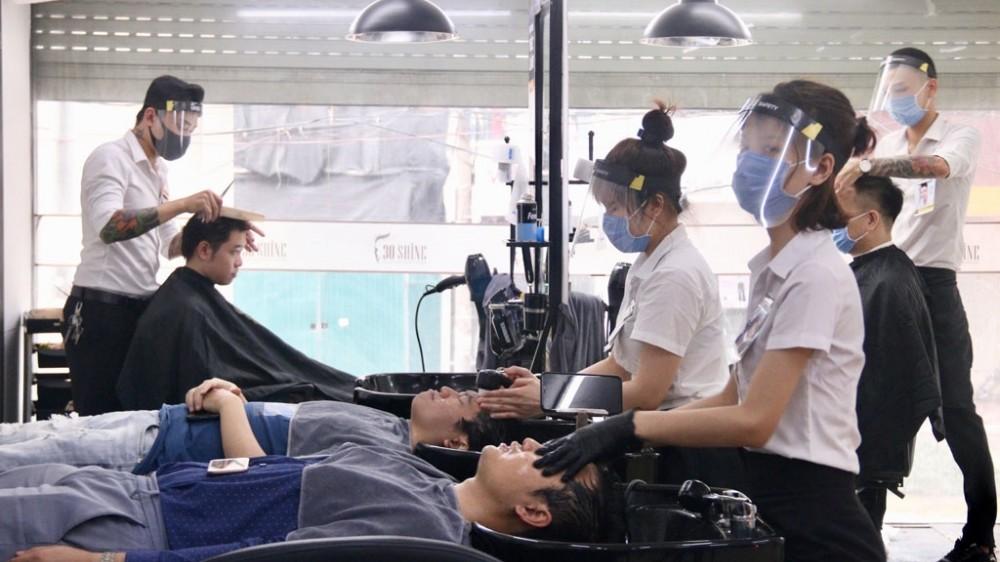 Hà Nội mở lại dịch vụ cắt tóc, ăn uống trong nhà