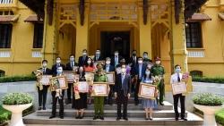 Trao Bằng khen của Thủ tướng và Bộ trưởng Ngoại giao về công tác bảo hộ công dân và phòng chống dịch Covid-19