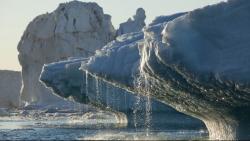 Hiện tượng băng tan ở hai cực khiến bề mặt Trái đất bị cong