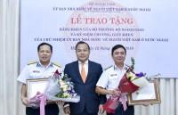 Trao tặng bằng khen trong công tác về người Việt Nam ở nước ngoài