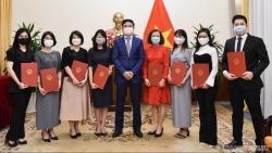 Thứ trưởng Ngoại giao Phạm Quang Hiệu trao quyết định điều động, bổ nhiệm 8 cán bộ cấp Vụ