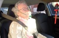 Cảnh sát đập vỡ cửa kính ô tô để giải cứu... manequin