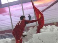 Tiền vệ Duy Mạnh nói gì về hành động cắm Quốc kỳ trên tuyết?