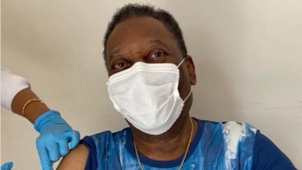 Vua bóng đá Pele hào hứng khoe được tiêm vaccine phòng Covid-19