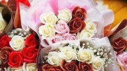 Hà Nội: Gần ngày 8/3, hoa tươi bán dọc vỉa hè, tiểu thương chờ khách