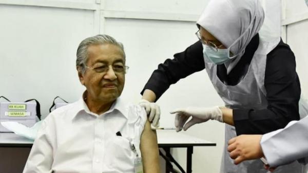 Cựu Thủ tướng Mahathir trở thành người già nhất Malaysia tiêm vaccine ngừa Covid-19