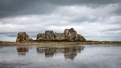 Ngôi nhà độc đáo nằm giữa hai tảng đá lớn ven biển