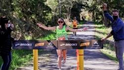 Phá kỷ lục thế giới: Nữ VĐV đầu tiên trong lịch sử chạy 50km chưa đầy 3 tiếng đồng hồ