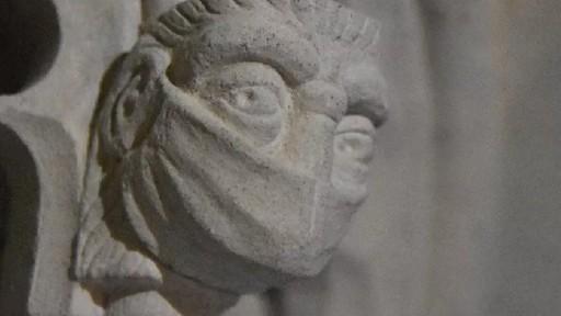 Đánh dấu đại dịch Covid-19, nhà thờ chạm khắc khẩu trang lên bức tượng