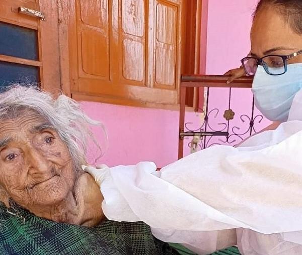 Ấn Độ: Cụ bà tự nhận là nhiều tuổi nhất thế giới được tiêm vaccine Covid-19