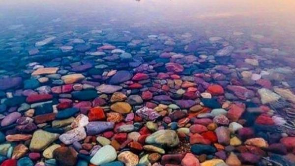 Ngắm hồ nước đẹp như tranh, trong veo ngập tràn các viên sỏi 7 sắc cầu vồng