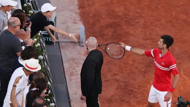 Roland Garros 2021: Djokovic vô địch và tặng vợt cho fan nhí