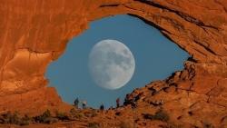 Khoảnh khắc Mặt trăng đi qua vòm đá như mống mắt khổng lồ
