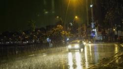 Dự báo thời tiết đêm nay và ngày mai (23-24/6): Bắc Bộ đêm mưa to đến rất to; từ Nghệ An đến Phú Yên có nắng nóng gay gắt