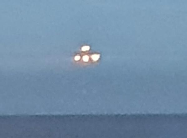 Anh: Người dân chụp được hình ảnh vật thể lạ không xác định như UFO trên bờ biển