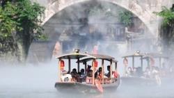 Trung Quốc: Phượng Hoàng cổ trấn phun sương làm sạch không khí, phục vụ khách 'sống ảo'